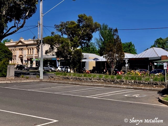 Woodend Is A Popular Victorian Town. There Are A Number Of Cafes, Restaurants And Local Services Along The Main Street.